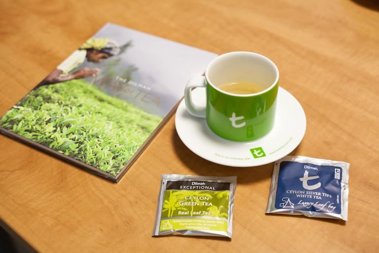 Biała herbata i herbata zielona oraz książka o herbacie autorstwa Edwina Soona to prezenty które dostałem od Dilmah Polska