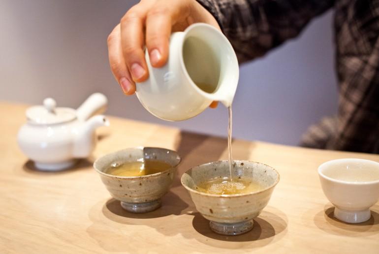 Czarna herbata indyjska Darjeeling z pierwszego zbioru i naczynia do herbaty