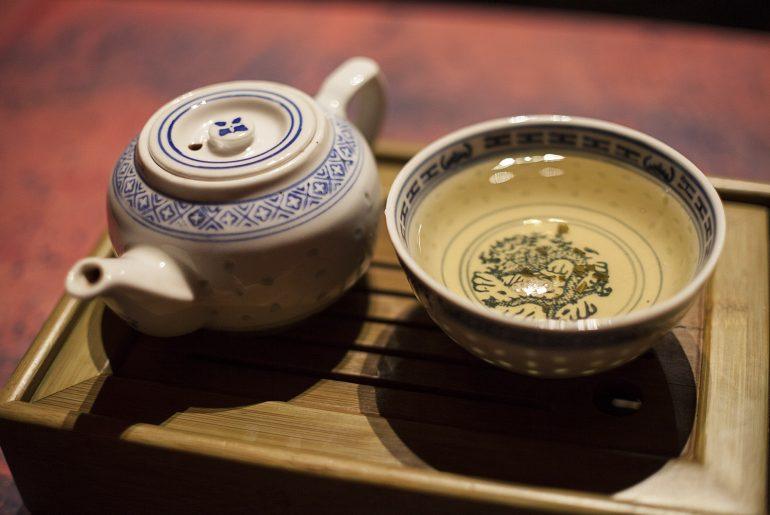 Zielona herbata wietnamska Che Tai Nguyen, morze herbaty i wietnamski czajniczek do herbaty.