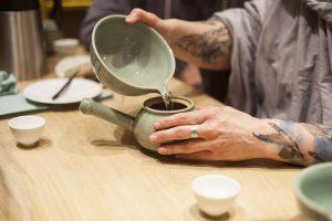 Przelewanie herbaty z morza herbaty do koreańskiego czajniczka.