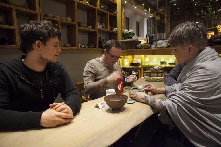 Ludzie parzący herbatę w zakątku herbacianym w warszawskiej restauracji Onggi.