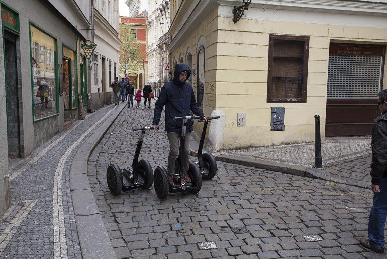 Człowiek transportujący sageway'e w bliskiej okolicy herbaciarni w Pradze.