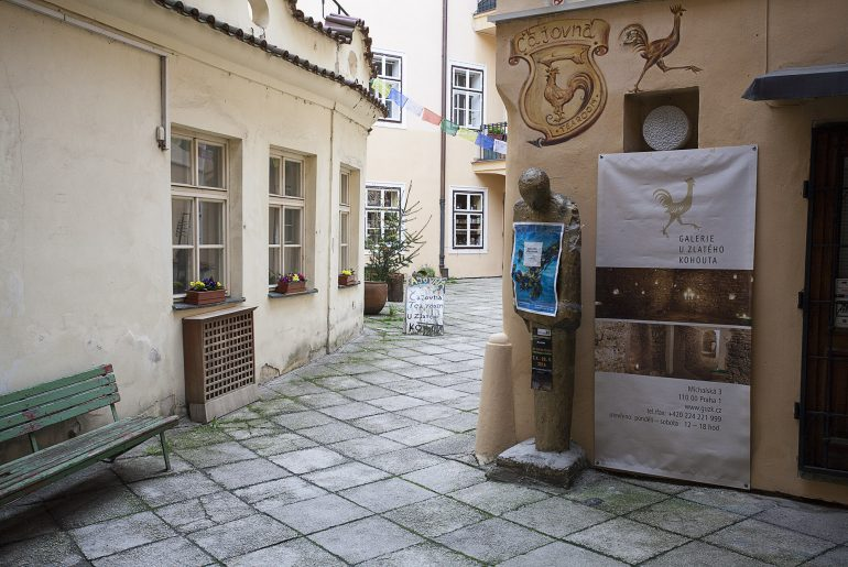 Herbaciarnia w Pradze ukryta pośród kamienic. Wejście do tego miejsca prowadzi przez dużą bramę.