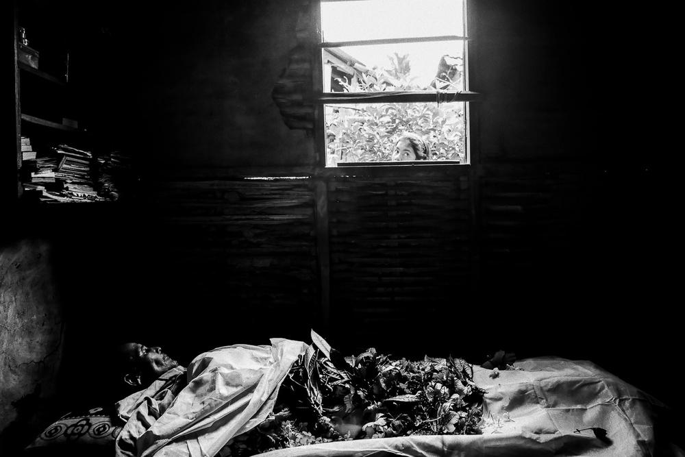 Ciało byłego pracownika plantacji, który nie przeżył załamania nerwowego.