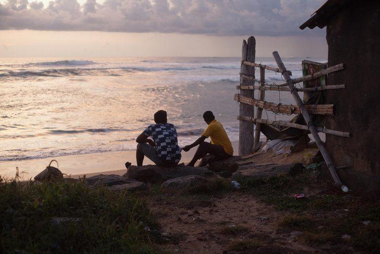 Mężczyźni na Sri Lance podziwiają zachód słońca