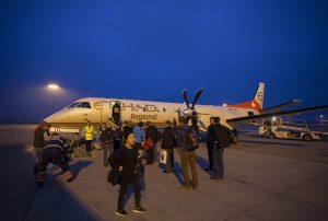 Samolot i oczekujący pasażerowie na lot z Abu Zabi do Colombo.