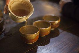 Hong Cha rozlewana z przepięknego Cha Hai do trzech czarek herbacianych.