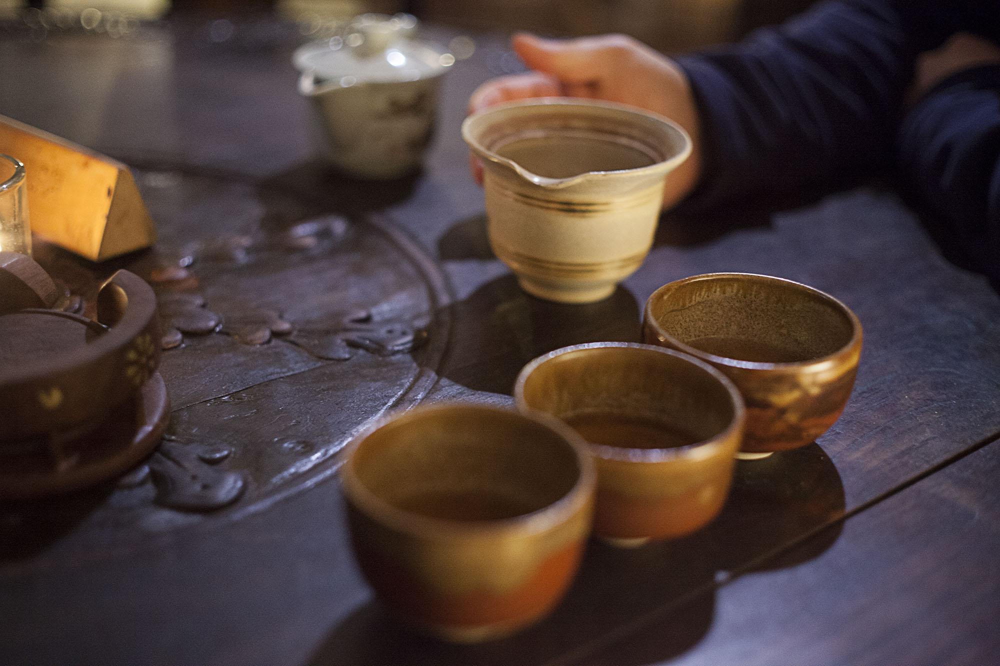 Cha Hai i czarki prezentują się wyśmienicie w panującym w herbaciarni Czarka półmroku.