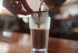 Herbata masala czaj podczas nalewania do szklanki, nazywana jest również masala chai
