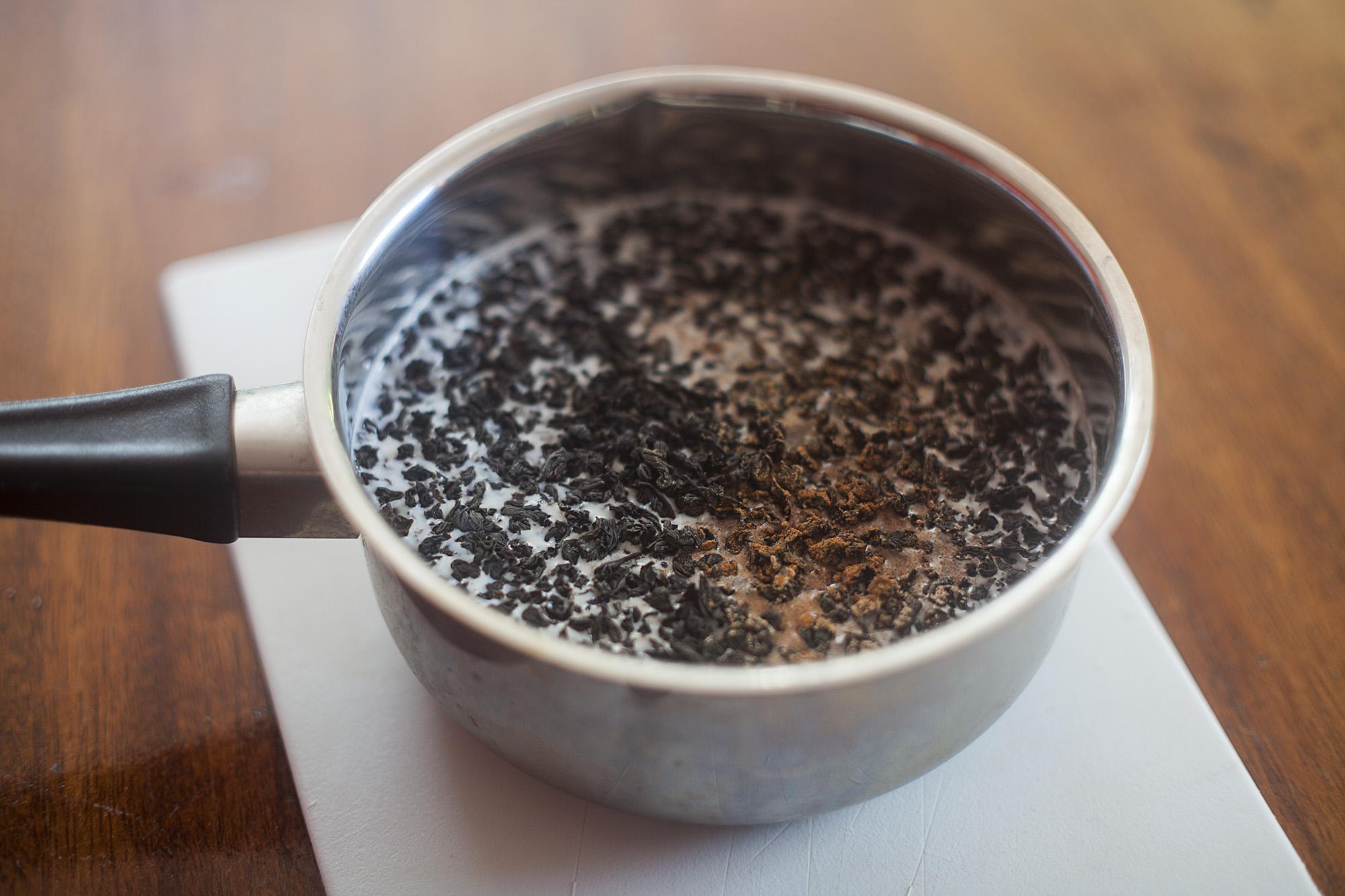 Składniki konieczne do przygotowania napoju czaj masala przed zagotowaniem.