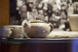 Czajniczek znajdujący się w gablocie wrocławskiej herbaciarni Czajownia