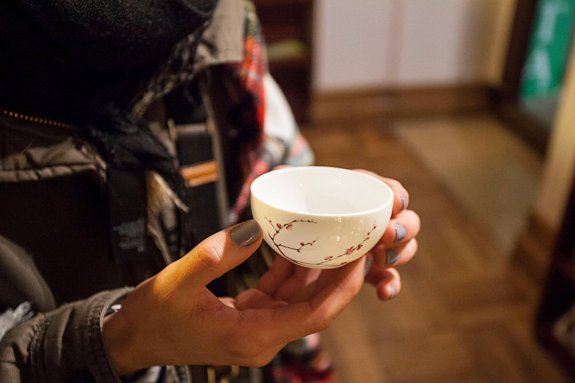 Japońska czarka do picia herbaty z ręcznie malowanymi zdobieniami.