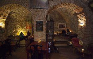 Wnętrze herbaciarni Czarka w Krakowie utrzymana w klimacie średniowiecznego zamku.