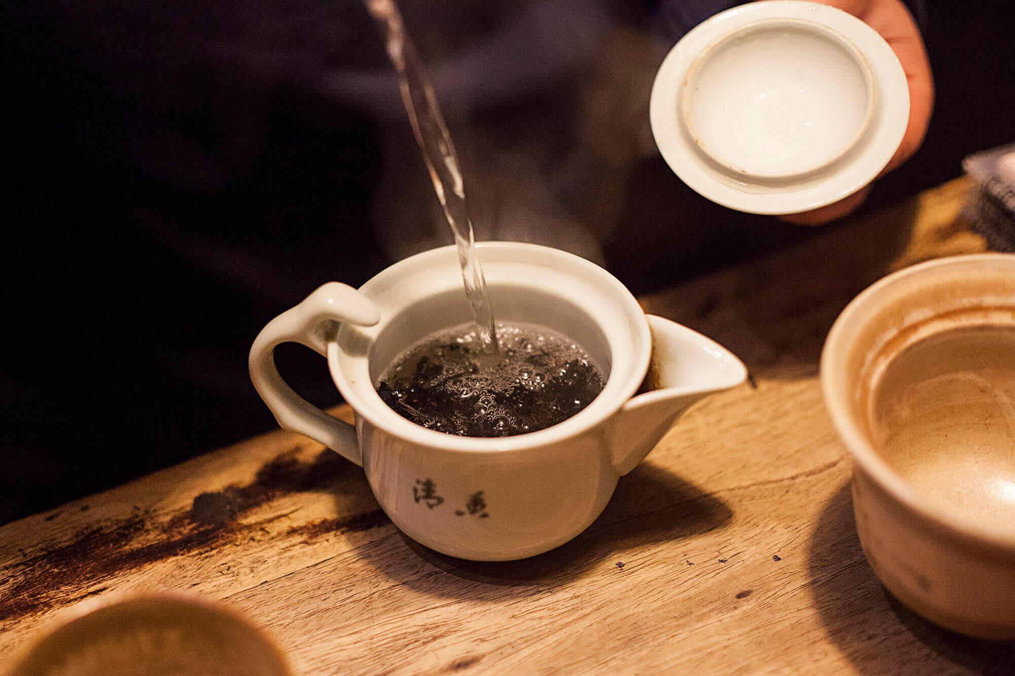 Czarna herbata tajwańska Hong Cha podczas parzenia.