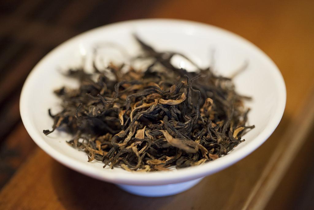 zbliżenie na herbatę czarną w czarce, Jin Fao Meng czyli Kosmate Złote Szczyty