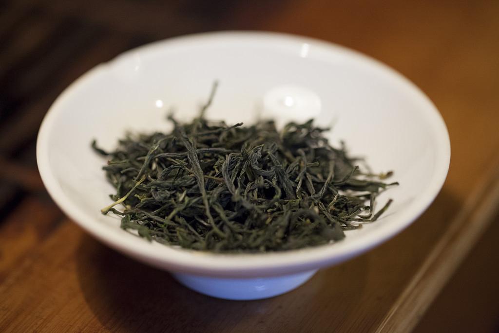 zbliżenie na zieloną herbatę Nok Cha w czarce