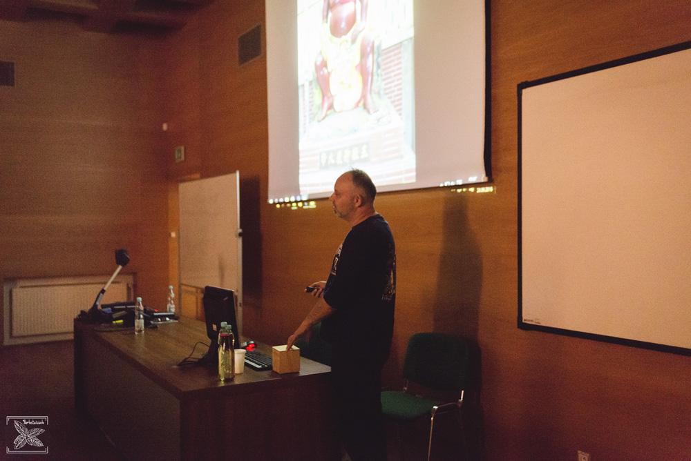 """Robert Tomczyk, autor książki pt. """"Zapiski o herbacie"""", podczas prelekcji na Poznańskim Festiwalu Herbaty Zaparzaj!"""
