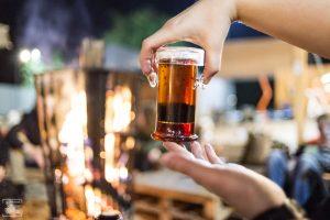 Czarna herbata rozgrzewająca ciała i umysły z ogniskiem w tle.