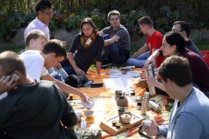 Uczestnicy i organizatorzy Poznańskiego Festiwalu Herbaty Zaparzaj! podczas wspólnego przenia herbaty.