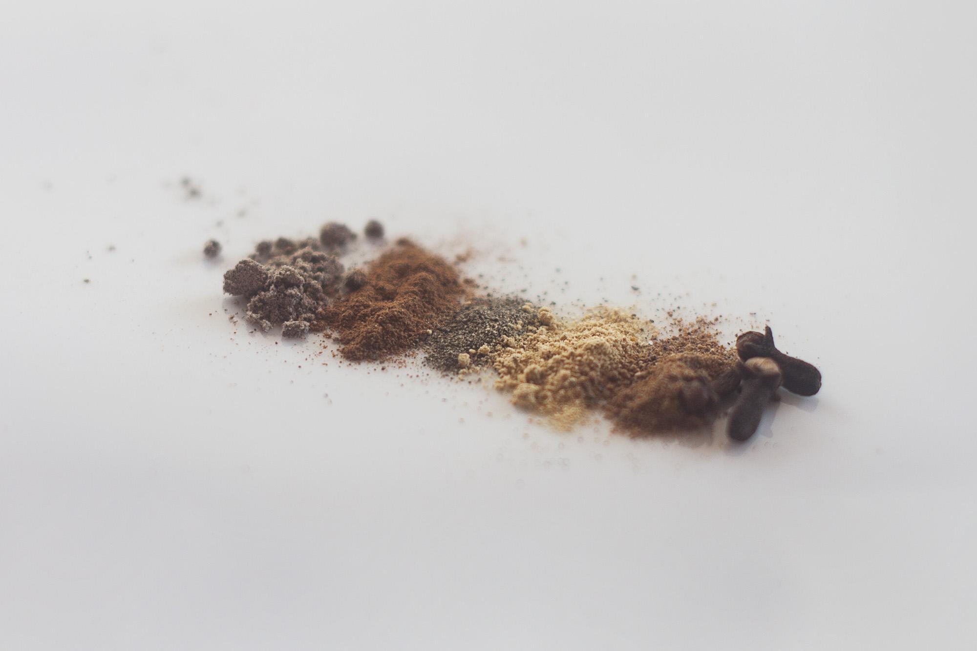 przyprawy po wymieszaniu których otrzymujemy mieszankę masala czaj