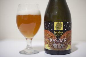 Piwo pszeniczne Kaszmir na bazie herbaty w butelce i szklance.