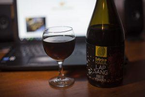Piwo Lapsang na bazie herbaty wędzonej w butelce i kieliszku.