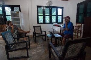 Mężczyźni rozmawiają o herbacie. Właściciel sklepu herbacianego po lewej, plantator herbaty po prawej.