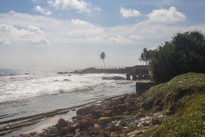 Plaża nad Oceanem Indyjskim na Sri Lance ze śmieciami przy brzegu.