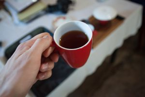 Cejońska czarna herbata w kubku tuż przed wypiciem.