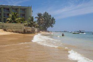 Piękna plaża nad Oceanem Indyjskim na Sri Lance w miejscowości Hikkaduwa.