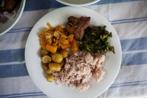 Talerz z tradycyjną potrawą na Sri Lance, rice and curry.