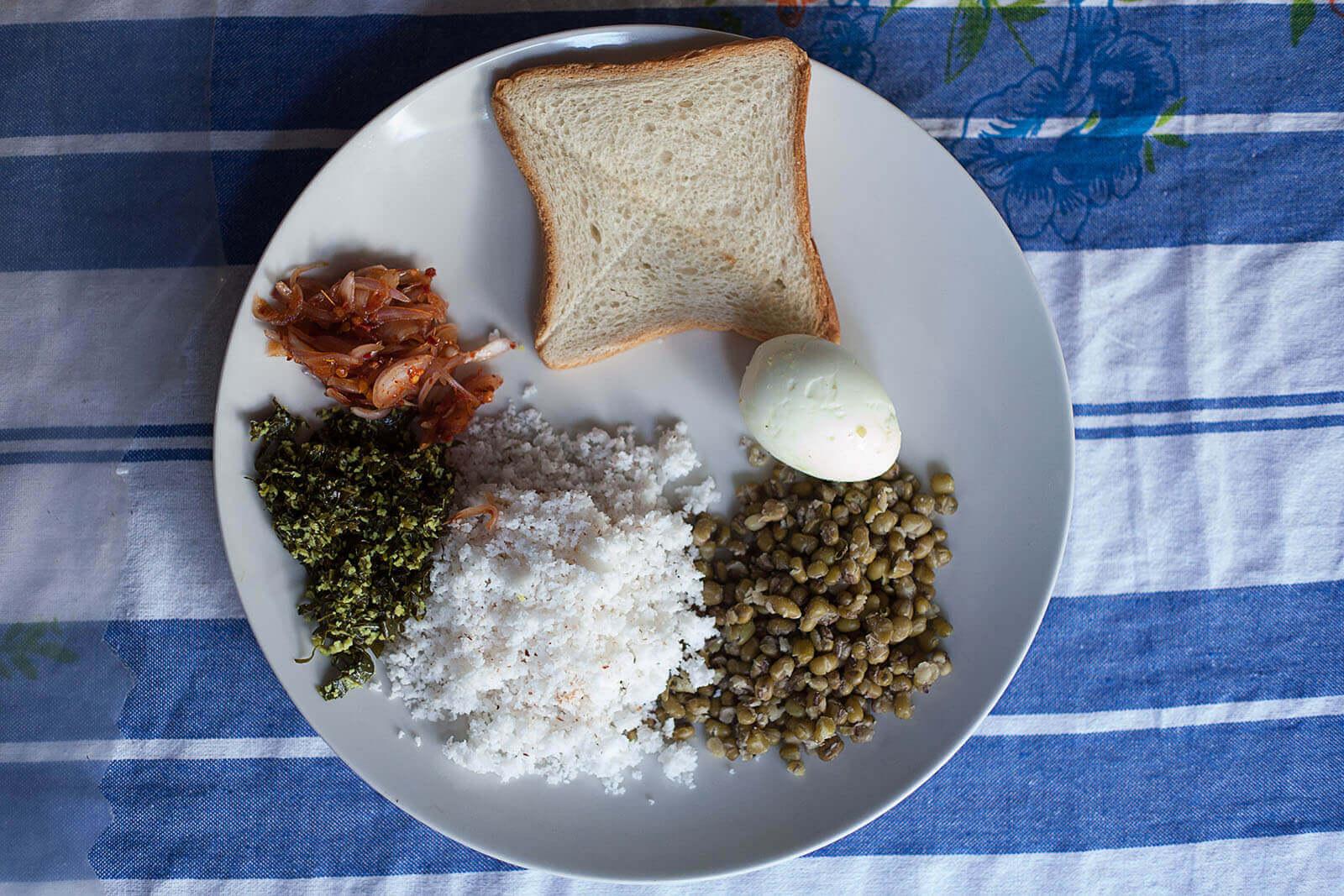 Talerz z tradycyjnym lajkinskim śniadaniem.