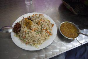 Talerz z porcją ryżu i curry to tadycyjna potrawa na Sri Lance.