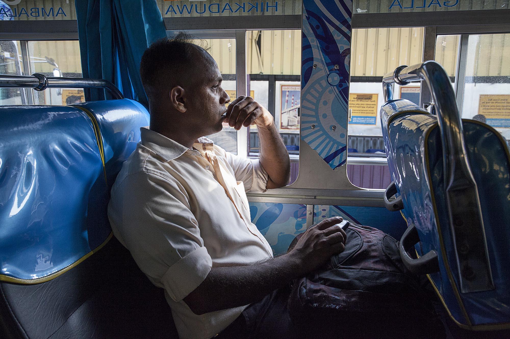 Transport publiczy na Sri Lance, czyli kolorowy autobus i elegancko ubrani mężczyźni.