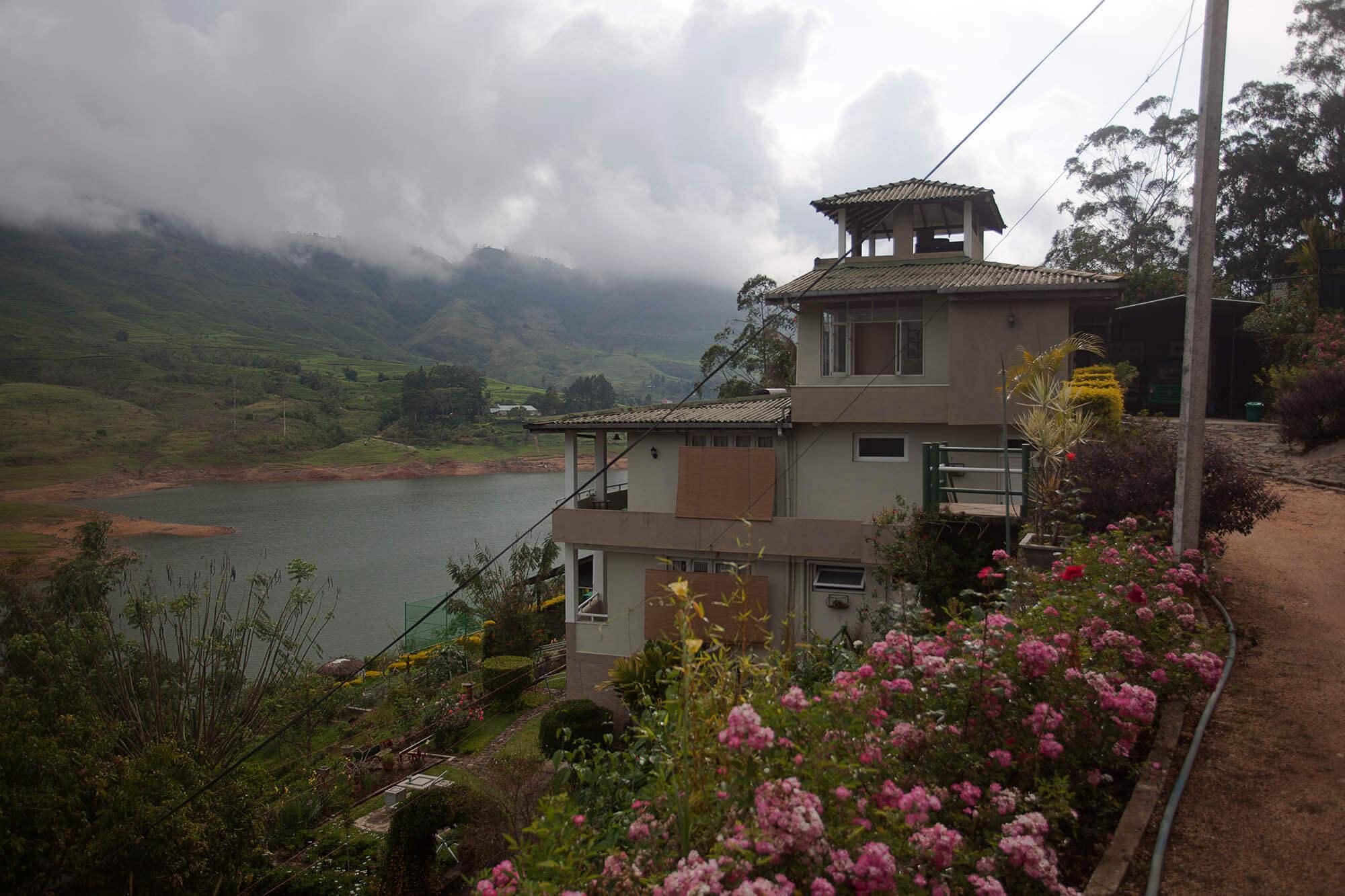 Domek gościnny na zbiornikiem Castlereagh na Sri Lance z widokiem na plantację herbaty