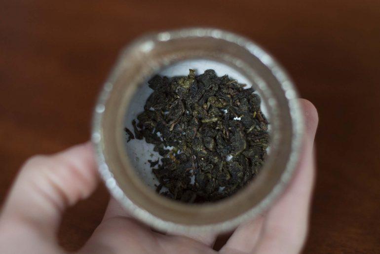 Zwinięte liście herbaty przed parzeniem