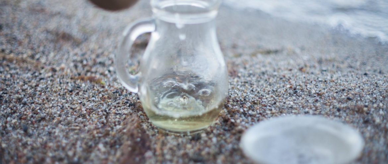 Herbata oolong podczas parzenia na nadmorskiej plaży