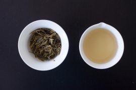 Herbata zielona po zaparzeniu, susz zielonej herbaty w gaiwanie oraz napar zielonej herbaty w chahai