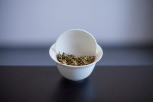 Liście zielonej herbaty po zaparzeniu w naczyniu zwanym gaiwanem
