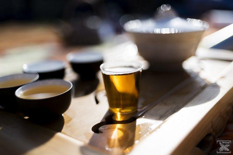 Herbata czarna w czarkach, gaiwanie a nawet w kieliszku.