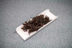 liście herbaty oolong dancong z Wudong wyłożone na tacce