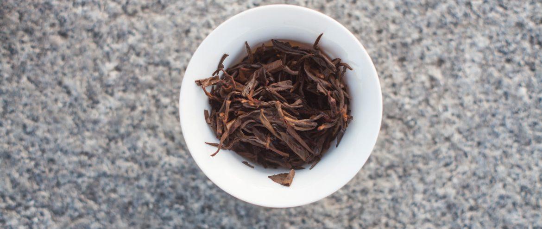 susz herbaty czarnej po zaparzeniu, widok z góry na gaiwan z herbatą
