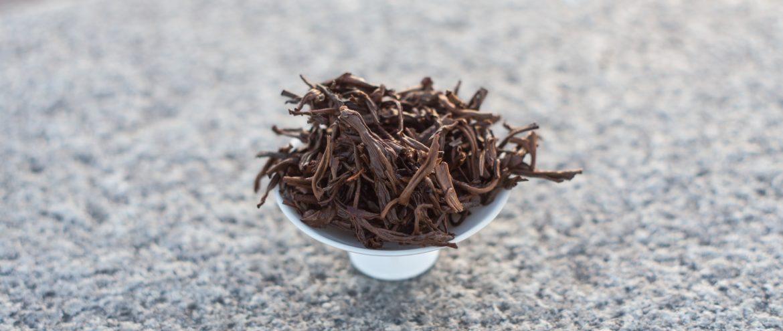 liście herbaty czarnej po zaparzeniu na odwróconym wieczku od gaiwana
