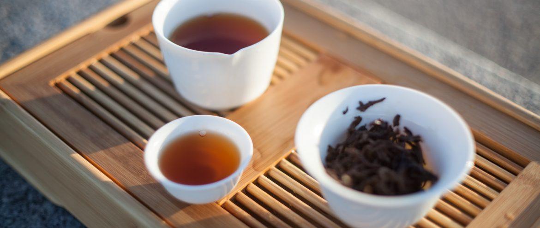 susz i napar czarnej herbaty po zaparzeniu w chińskich naczyniach do parzenia herbaty