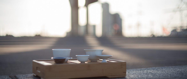 zestaw do parzenia herbaty czarnej gong fu cha na tle Gdyni