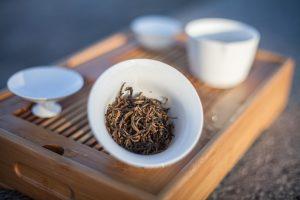Susz herbaty czarnej w gaiwanie