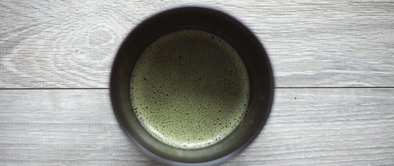 poprawnie zaparzona herbata zielona matcha z delikatną pianką na górze