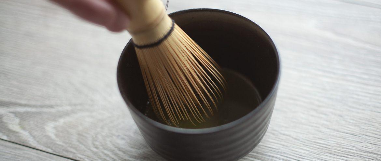 mieszanie herbaty matcha za pomocą chasenu
