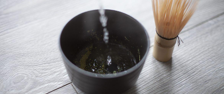 zalewanie sproszkowanych liści herbaty matcha w matchawanie, obok znajduje się chasen do mieszania herbaty