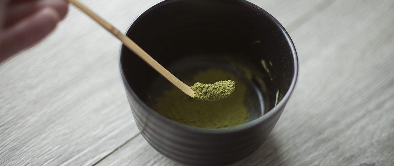 zielona herbata matcha wsypywana z chashaku do matchawanu